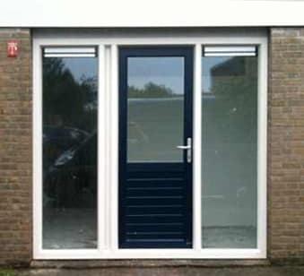 Kunststof buitendeur uitgevoerd als loopdeur tussen twee zijlichten in. In de zijlichten zitten ventilatieroosters.