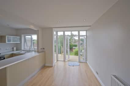 Openslaande tuindeuren die naar buiten open kunnen zorgen ervoor dat er binnen het huis meer ruimte over blijft.