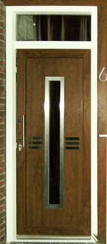 Kunststof voordeur met deurkozijn en sierpaneel in de deur. Er zijn talloze ontwerpen van sierpanelen waaruit gekozen kan worden.