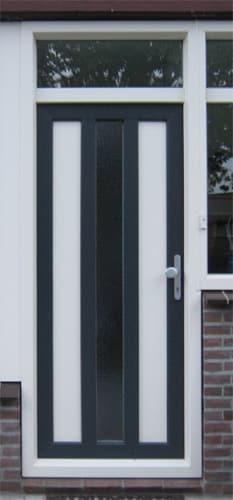 Bij een productiedeur als voordeur kan de indeling naar wenst ontworpen worden. Een dergelijke voordeur is strak en netjes, maar heeft niet de luxe uitstraling van een mooie paneeldeur.